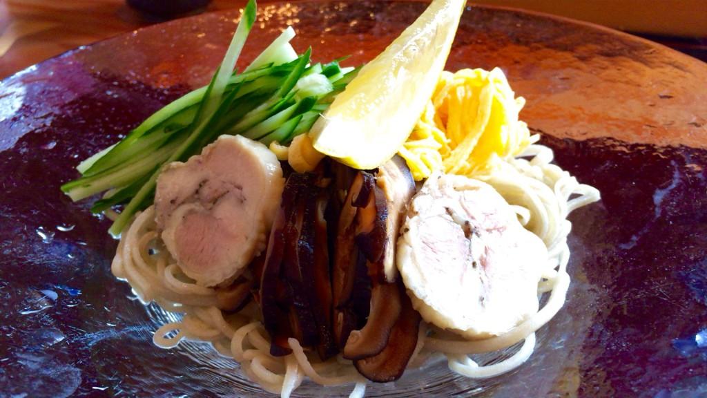 胡麻とくるみのソース 黒酢付き 蒸し鳥と彩り野菜のせ- 蕎麦切り 旗幟